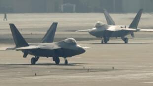 Caças F-22 da Força Aérea dos EUA, em Osan, no sul de Seul, 3/4/2013.