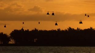 """Cảnh xuất quân rầm rộ của phi đội máy bay trực thăng trong """"Apocalipse Now"""" trong tiếng nhạc rầm rộ, nhịp điệu dồn dập."""