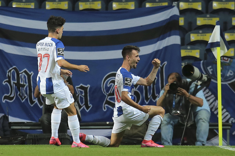 Fábio Vieira (direita), avançado português, marcou um dos cincos golos no triunfo do FC Porto por 5-0 frente ao Belenenses SAD.