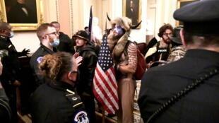 Face à face entre policiers et manifestants pro-Trump à l'intérieur du Capitole, le 6 janvier 2021.