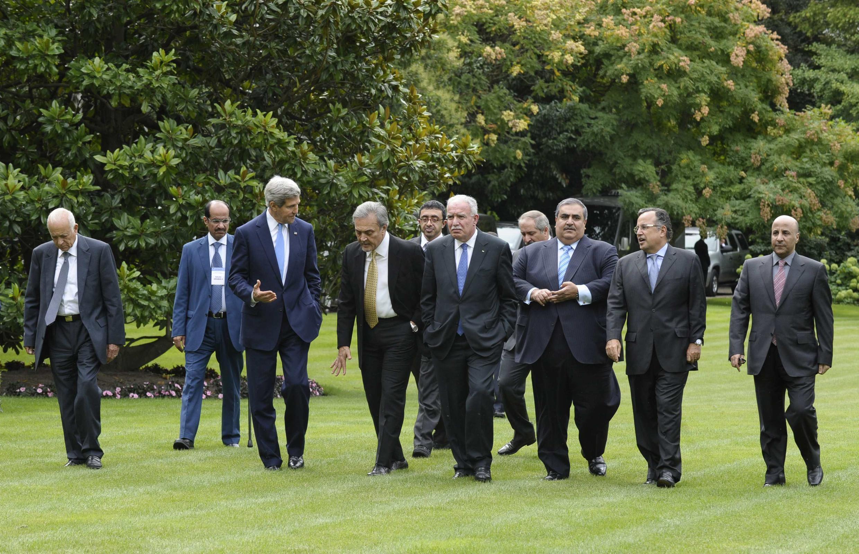 John Kerry (3e à gauche) et les membres de la Ligue arabe, à l'ambassade de France, à Paris, le 8 septembre 2013.