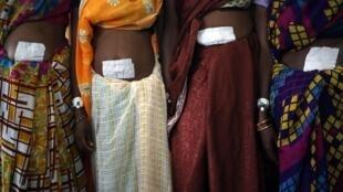 Mulheres que fazem parte das esterilizações em massa na Índia.