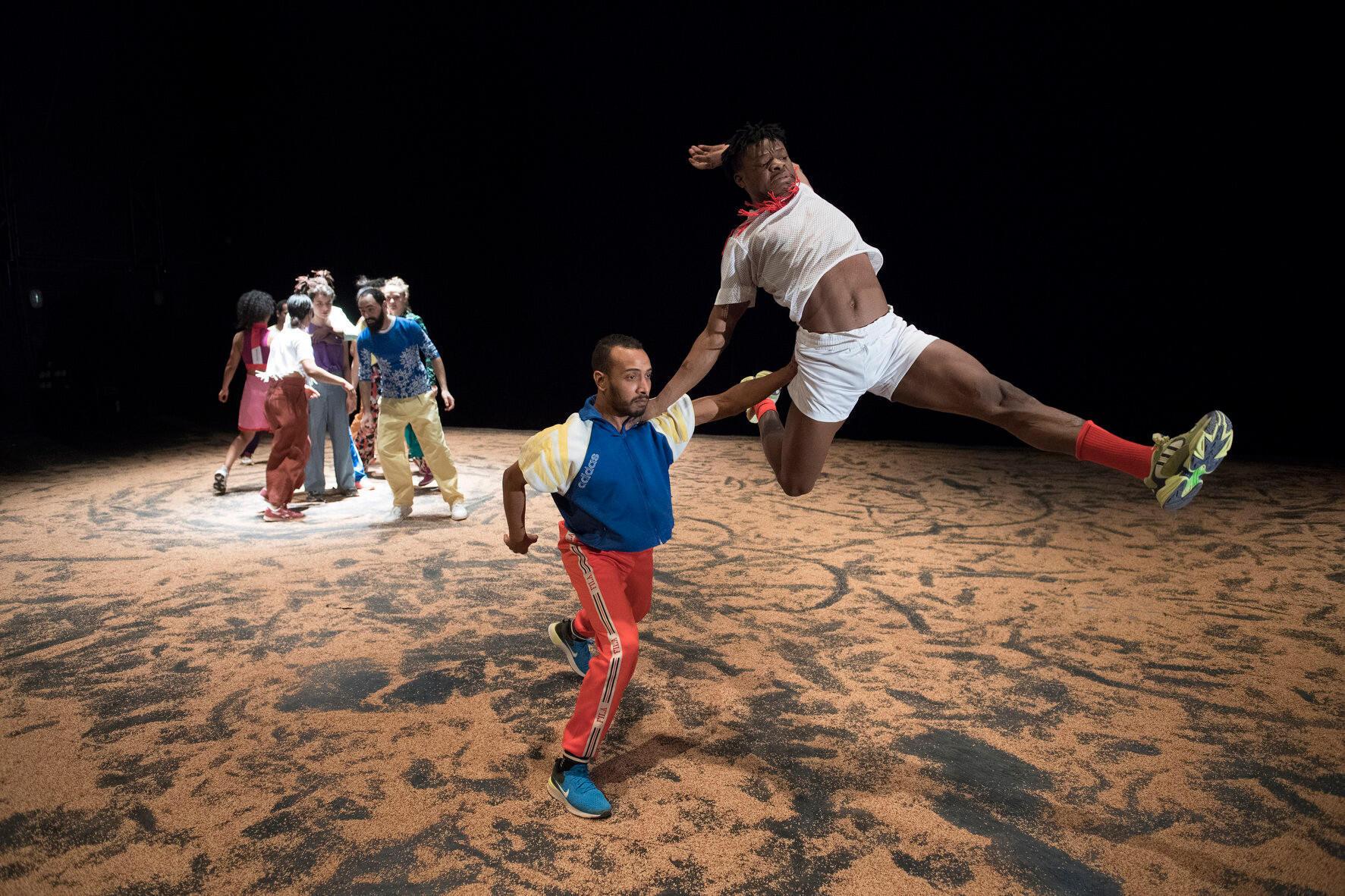 «Akzak, l'impatience d'une jeunesse reliée», chorégraphie de Héla Fattoumi et Eric Lamoureux.   © Laurent Philippe