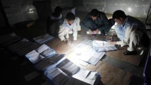 阿富汗官員在煤氣燈下點票. (18/09/2010)