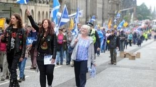 Manifestantes escoceses en las calles de  Edimburgo.