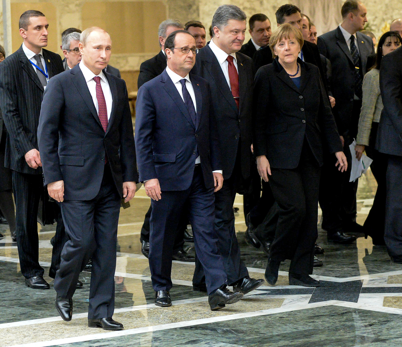 Kutoka kushoto kwenda kulia: Vladimir Putin, François Hollande, Petro Poroshenko na Angela Merkel, Februari 11, 2015 katika mji wa Minsk, Belarus.