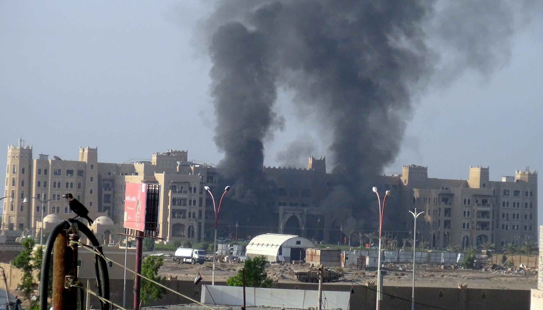 Deux colonnes de fumée s'élevant de l'hôtel al-Qasr à Aden, après une attaque revendiquée par le groupe Etat islamique. Photo datée du 6 octobre 2015.