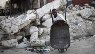 En Haïti, tout est à reconstruire : écoles, hôpitaux, routes, ponts, immeubles, ports et aéroports.
