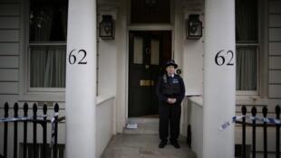 Les scellés de la police sont encore visibles à l'extérieur de la maison de Hans Kristian Rausing, où le corps de son épouse a été trouvé, le 10 juillet 2012 à Londres, en Angleterre.