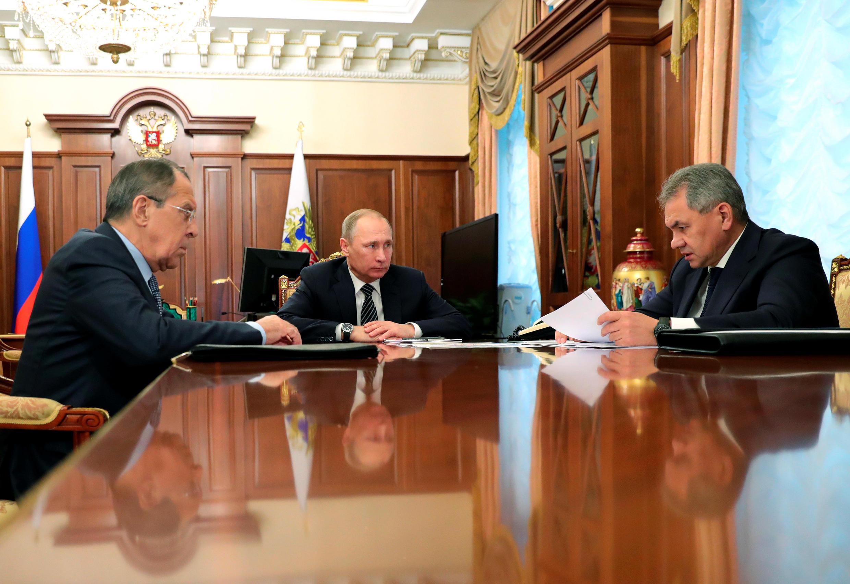 Сергей Лавров, Владимир Путин и Сергей Шойгу на совещании в Кремле. 29 декабря 2016 г.