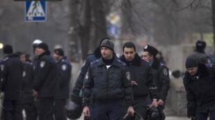La tension monte dans la péninsule de Crimée, dans le sud de l'Ukraine (photo: déploiement de policiers devant le Parlement de Crimée, le 27 février).