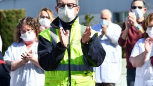 Le personnel hospitalier de Compiègne applaudit pour rendre hommage à un confrère médecin décédé du coronavirus, le docteur Jean-Jacques Razafindranazy.