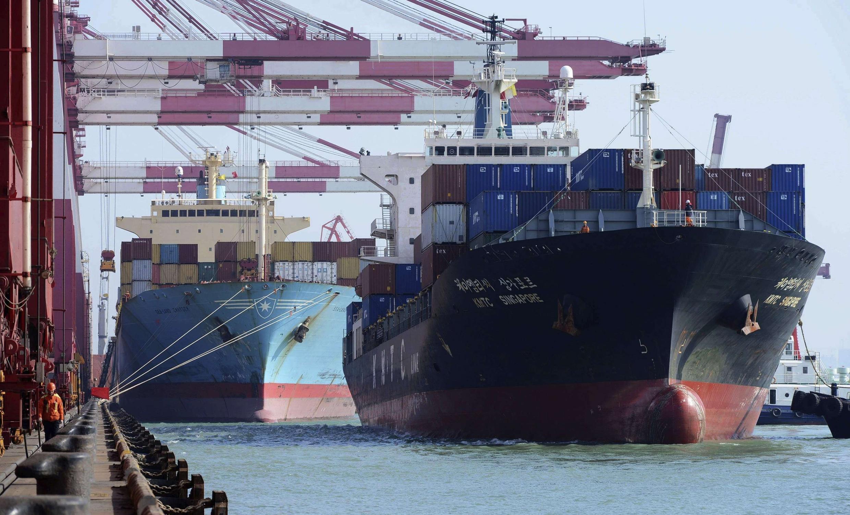 Tàu chở container ở thành phố cảng Thanh Đảo. Ảnh chụp ngày 07/03/2014. Xuất khẩu Trung Quốc giảm trong tháng 2/2014.