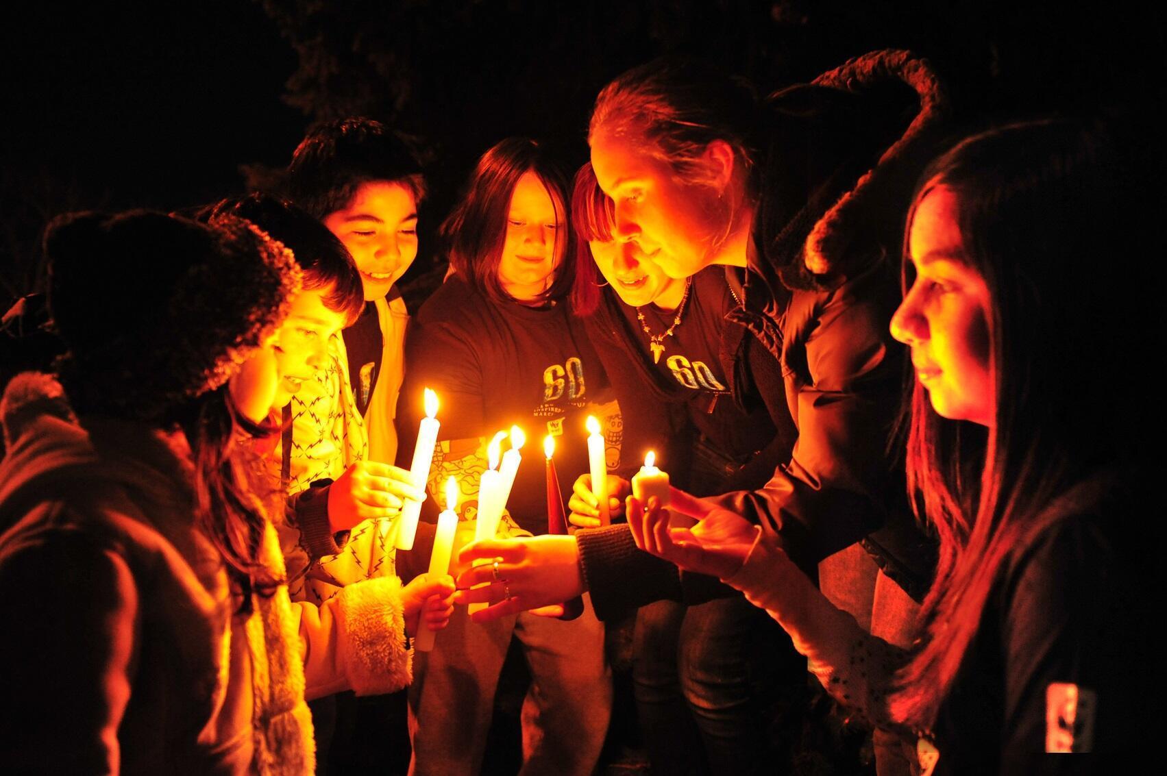 Una hora iluminados con velas es una hora sin consumo eléctrico.