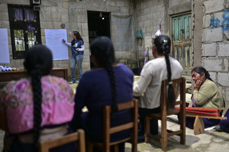 Daniela Cremion de Fabrica Social Project dirige un taller de comercio justo para tejedores mexicanos en Gincanton