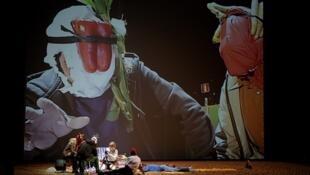 """Cena da peça """"Golgota Picnic"""", do argentino Rodrigo Garcia."""