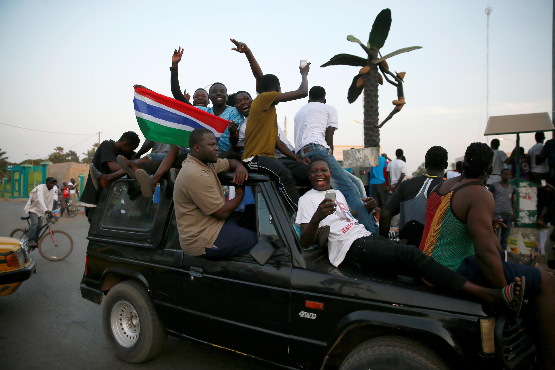 Raia wa Gambia wakiingia mitaani mjini Banjul, wakionyesha furaha yao baada ya kuapishwa kwa rais wao mpya Adama Barrow, Alhamisi, Januari 19, 2017.