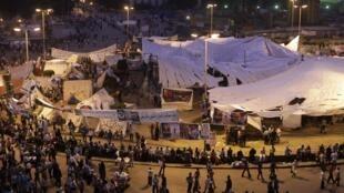 Pour apaiser les manifestants de la place Tahrir, le Premier ministre Essam Charaf annonce que les policiers accusés de meurtres seront limogés et jugés.
