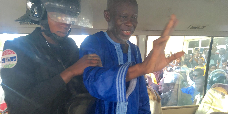 Darboe évacué en mini-bus pour assurée sa sécurite, quelques minutes après l'annonce de sa libération provisoire, le 5 décembre 2016.