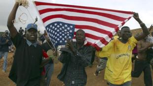 Les Kényans portent le drapeau américain pour célébrer la victoire de Barack Obama et soutenir le nouveau président des Etats-Unis d'Amérique, le 5 novembre 2008.