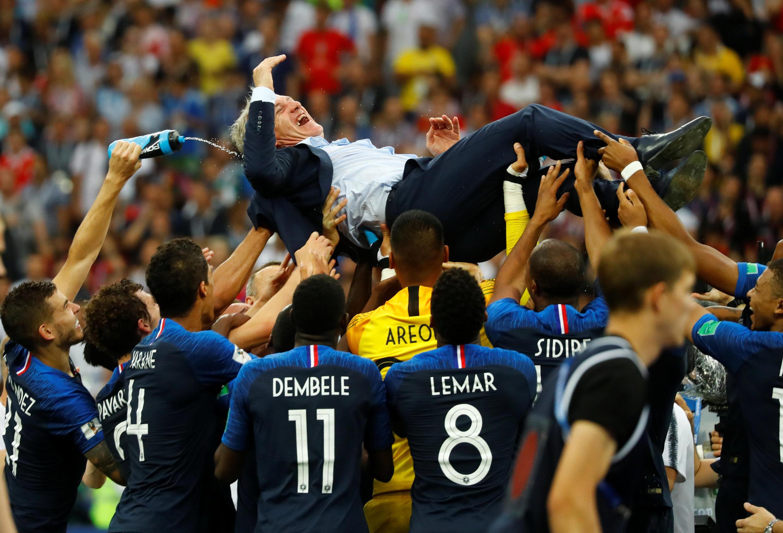 O treinador Didier Deschamps é celebrado em campo pelos jogadores depois da conquista do Mundial.