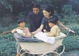 L'empereur émérite Akihito, alors prince, sa femme Michiko et leur trois enfants, Naruhito, Fumihito et Sayako, septembre 1969.