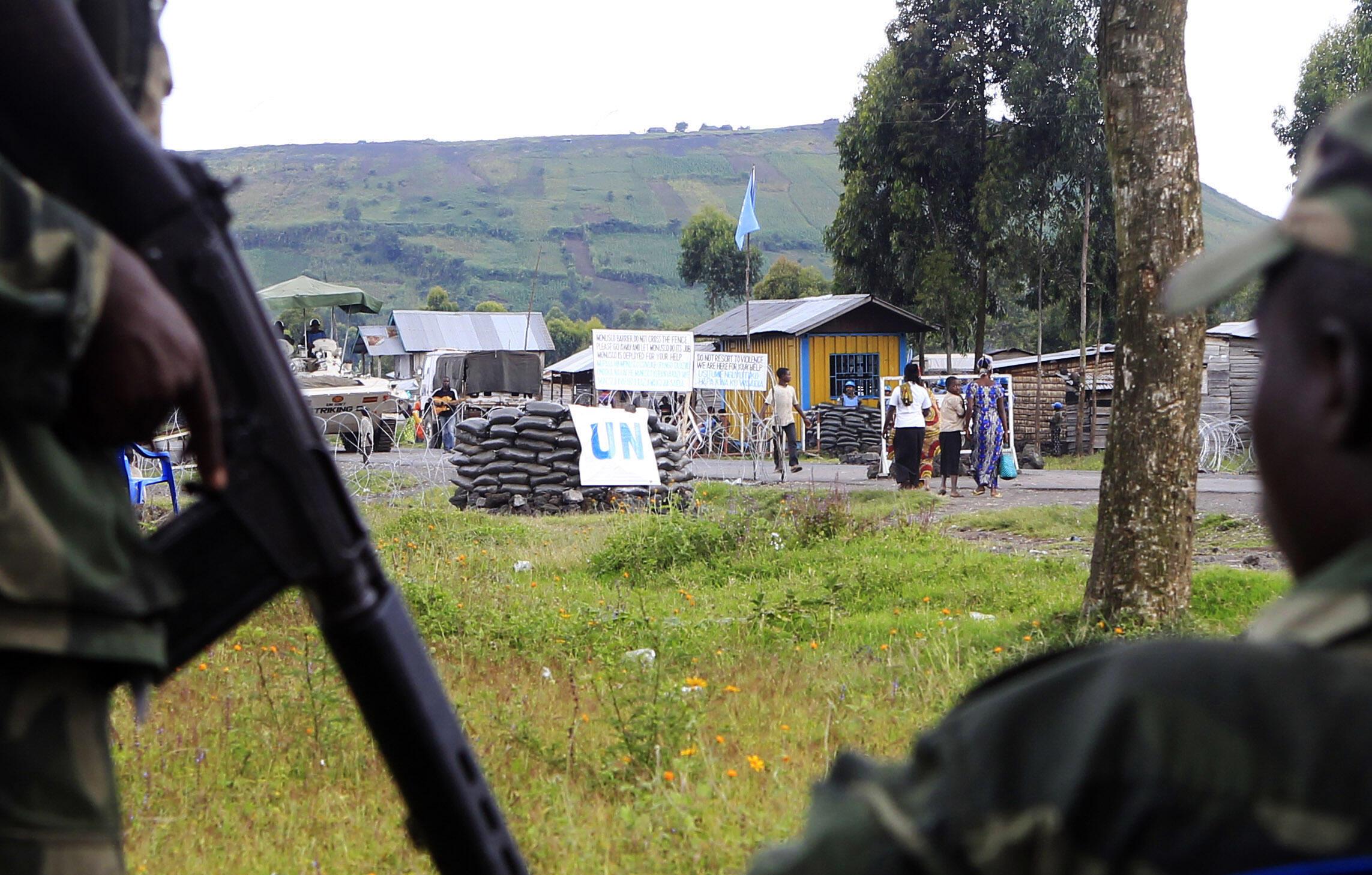 Des rebelles du M23 à quelques mètres d'un posteLe groupe d'experts était souvent en première ligne pour récolter des informations sur la rébellion du M23. de garde de la Monusco, à Goma, ce mardi 15 mai.
