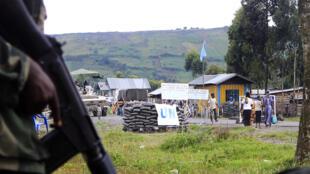 Des rebelles du M23 à quelques mètres d'un poste de garde de la Monusco, à Goma, ce mardi 15 mai.
