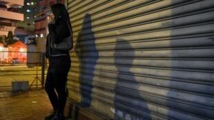 Une prostituée attend des clients dans une rue de Hong Kong.