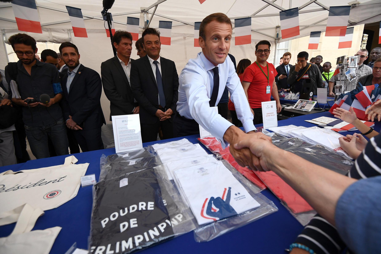 Emmanuel Macron a donné de sa personne à la boutique de l'Elysée pendant les Journées du patrimoine, le 15 septembre 2018.
