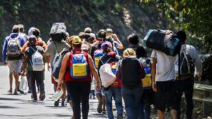Migrantes venezolanos caminan por una carretera en Cúcuta, Colombia, en la frontera con Venezuela, el 2 de febrero de 2021