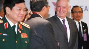 Bộ trưởng Quốc Phòng Mỹ J.Mattis (thứ nhì từ phải sang trái) và các đối tác Đông Nam Á tại Singapore. Ảnh ngày 19/10/2018.