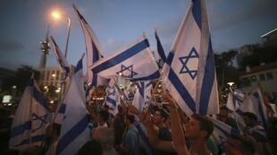 Certains Israéliens se rassemblent pour soutenir Benyamin Netanyahu, à Tel Aviv le 21 juillet 2014.