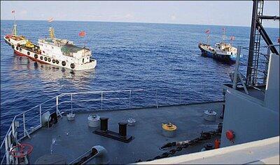Hai tàu của Trung Quốc chặn tàu thăm dò USNS Impeccable của Mỹ, ngày 08/03/2009, ở vùng biển quốc tế Biển Đông