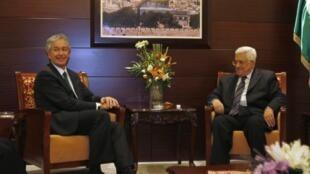 Le président de l'Autorité palestinienne Mahmoud Abbas (D) a reçu William Burns à Ramallah le 20 novembre 2011.
