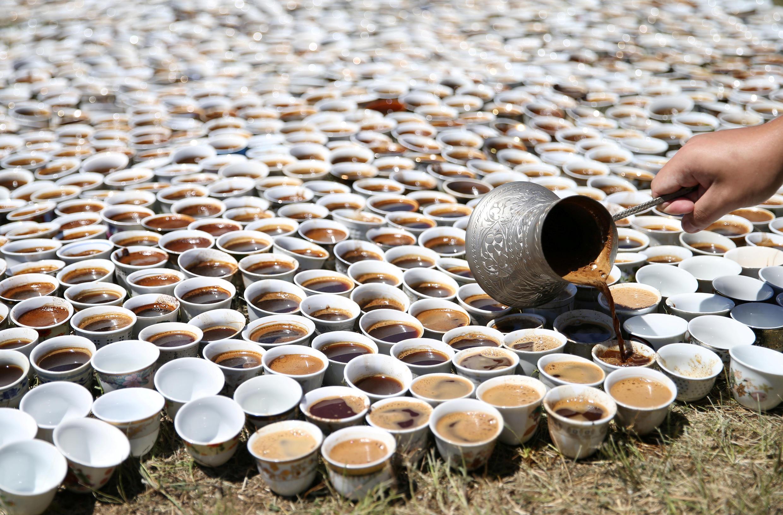 Инсталляция из восьми тысяч кофейных чашечек американской художницы боснийского происхождения Аиды Шехович, которая называется ŠTO TE NEMA