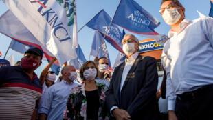 El presidente saliente Mustafa Akinci (segundo a la derecha) su esposa Meral Akinci (tercera a la derecha) y el ex primer ministro y también socialdemócrata Tufan Erhurman (derecha), forma parte de un mitin antes de la segunda vuelta de las presidenciales en Nicosia, capital de la autoproclamada República Turca de Chipre del Norte(RTCN), el 16 de octubre de 2020