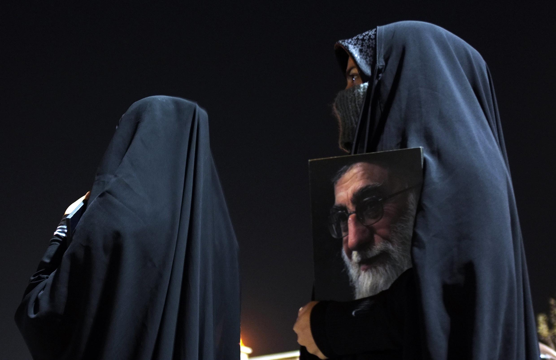 Các cảm tình viên của một nhóm Hồi giáo Iran đi đón các nhà ngoại giao bị Anh trục xuất, ngày 03/12/2011.