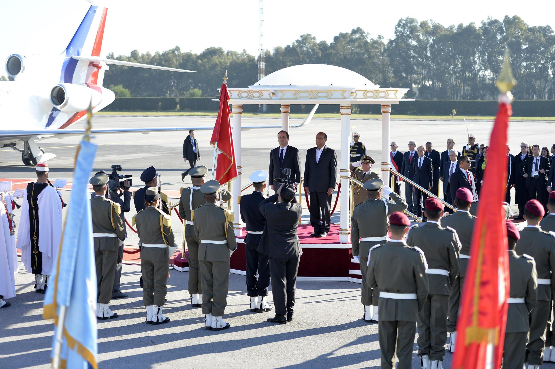 Le président tunisien, Moncef Marzouki (dr.) et son homologue français, François Hollande avant la cérémonie de célébration de la nouvelle Constitution tunisienne, Tunis, le 7 février 2014.