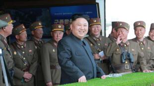 Ảnh minh họa: Lãnh đạo bắc Triều Tiên Kim Jong Un theo dõi một cuộc thao diễn mừng 85 năm ngày thành lập quân đội. Ảnh 26/04/2017.