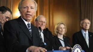 美國參議員Joseph Lieberman (I-CT)、Carl Levin (D-MI)和 Kirsten Gillibrand (D-NY) 2010年12月18日在美國參議院。
