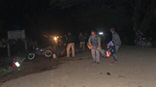 Les forces de sécurité tentent d'évacuer les blessés après l'explosion de deux bombes à Sylhet dans le nord-est du Bangladesh.