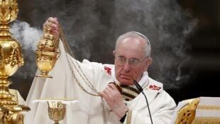 O papa Francisco durante sua primeira  vigília pascal.