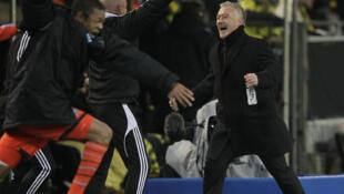 El entrenador del Marsella Didier Deschamps festeja la milagrosa victoria ante el Borussia Dortmund  que otorgó al pase de los franceses a los octavos de final de la Liga de Campeones.