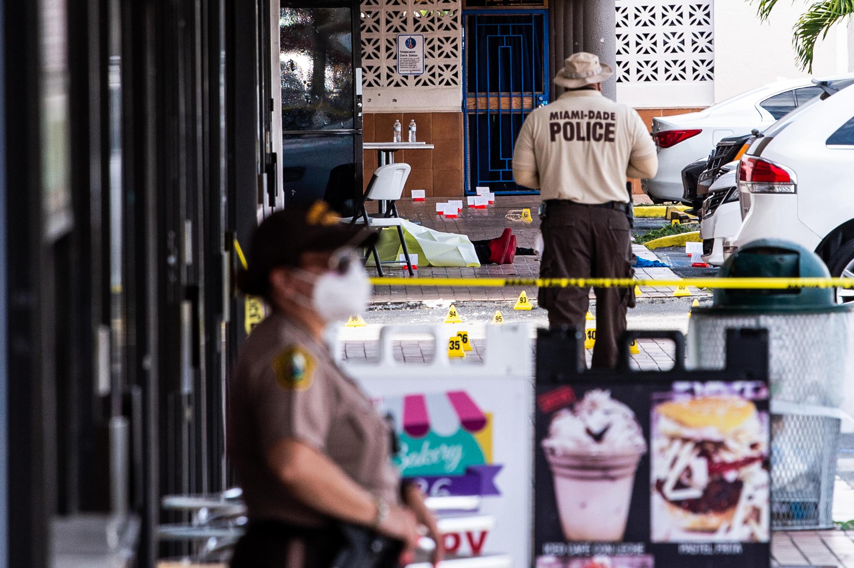 El tiroteo ocurrió durante la madrugada en un centro comercial de Miami Gardens, donde vive una importante comunidad cubana de familias de clase trabajadora