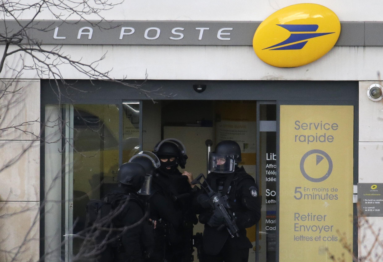 Tomada de reféns em agência dos Correios em Colombes, nos arredores de Paris, termina sem violência.
