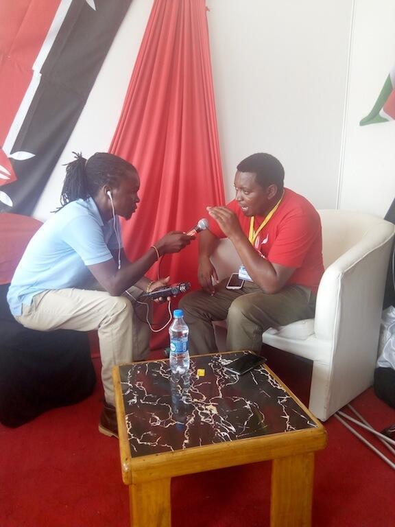 Afisa wa filamu nchini Kenya Bonventure Kioko (Kulia) akizungumza na mwandishi wetu Steven Mumbi (Kushoto) Novemba 16 2019