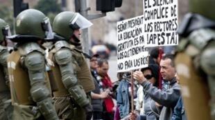 Santiago de Chile, 24 de agosto de 2011. Estudiantes y trabajadores chilenos manifiestan juntos durante el paro nacional convocado por la Central Unitaria de Trabajadores (CUT).