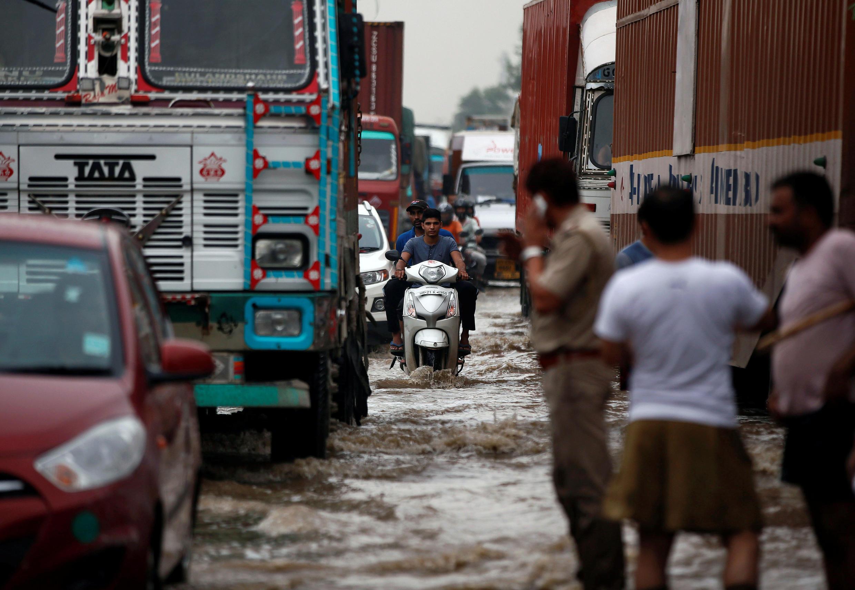 Des véhicules bloqués par les inondations, à Gurgaon, en banlieue de New Delhi, le 29 juillet 2016.