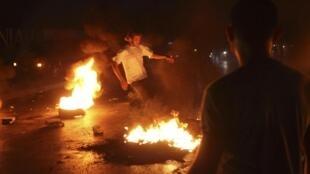Familiares de los libaneses agredidos en Siria  bloquean el acceso al aeropuerto de Beirut.